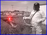 草刈機の写真。ペットも近づけないようにしてください。