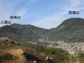 石神山から見た荒尾山と三淵山