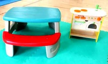 幼児テーブルとキッチン