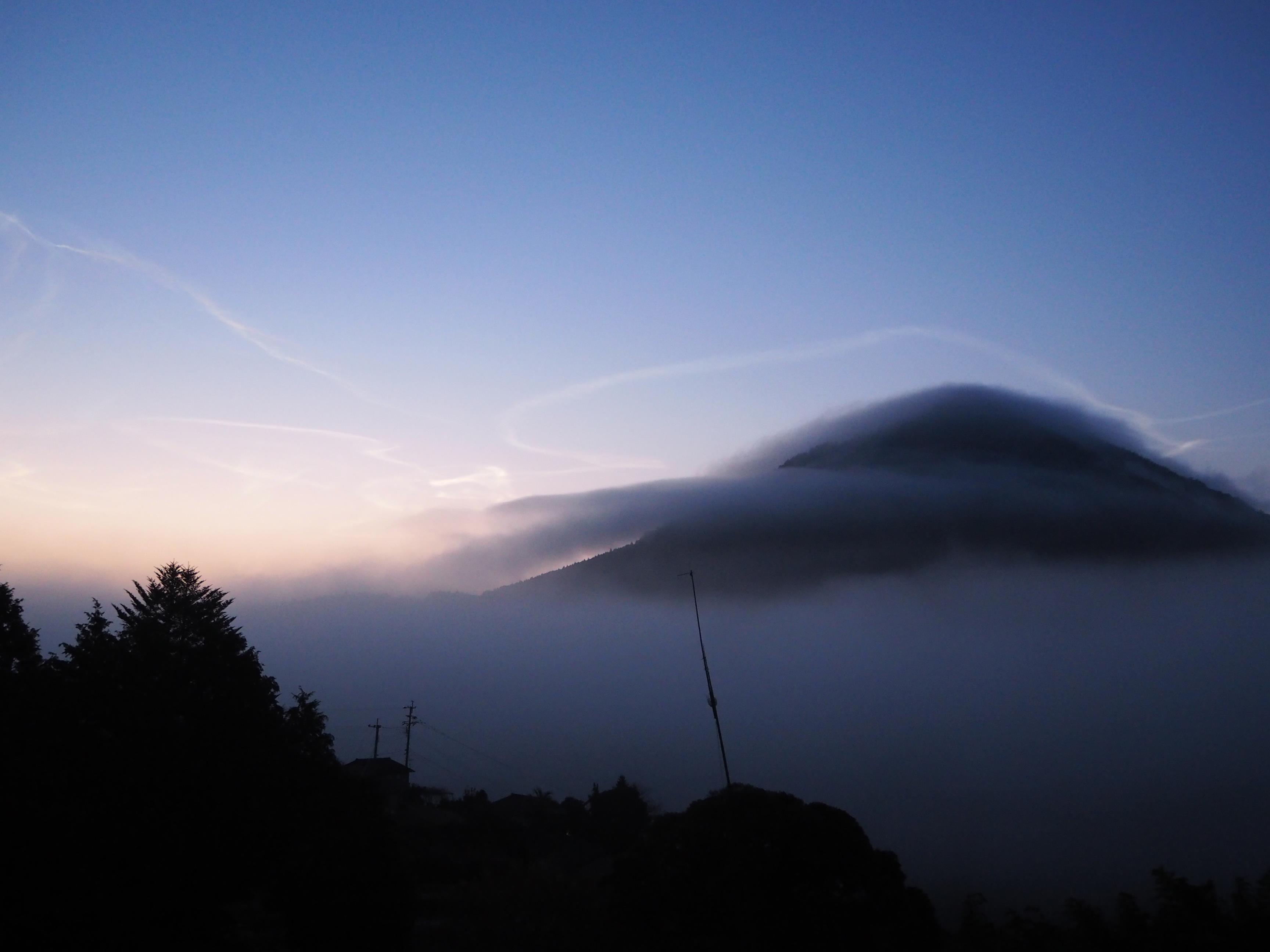 雲上の金峰山とロケット雲