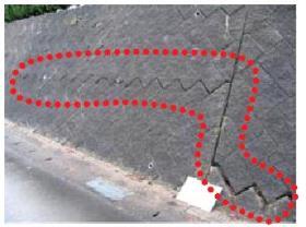 長い亀裂が入っている擁壁