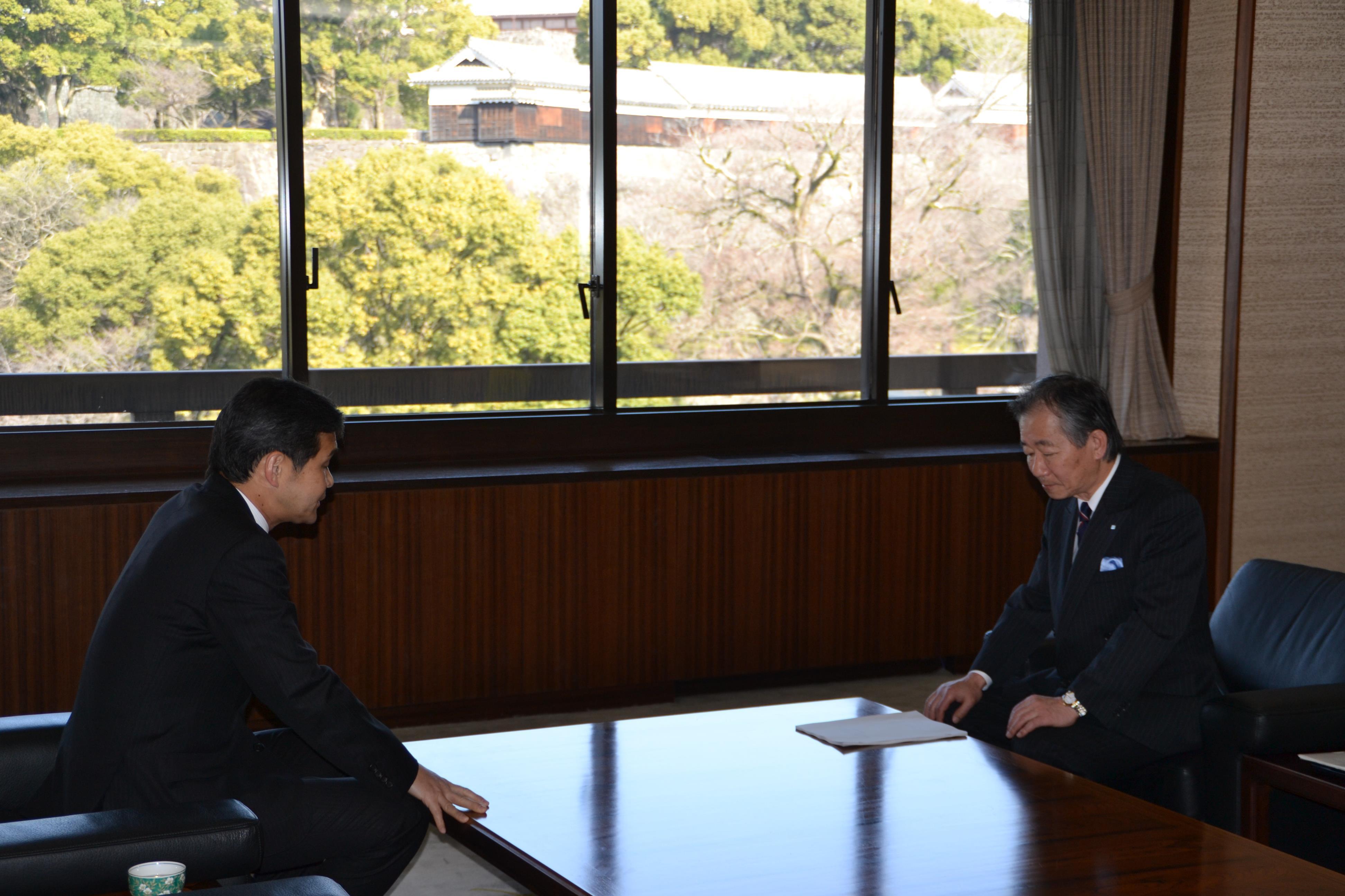 蓑茂会長から幸山市長へ検討状況や素案の概要についての説明がありました
