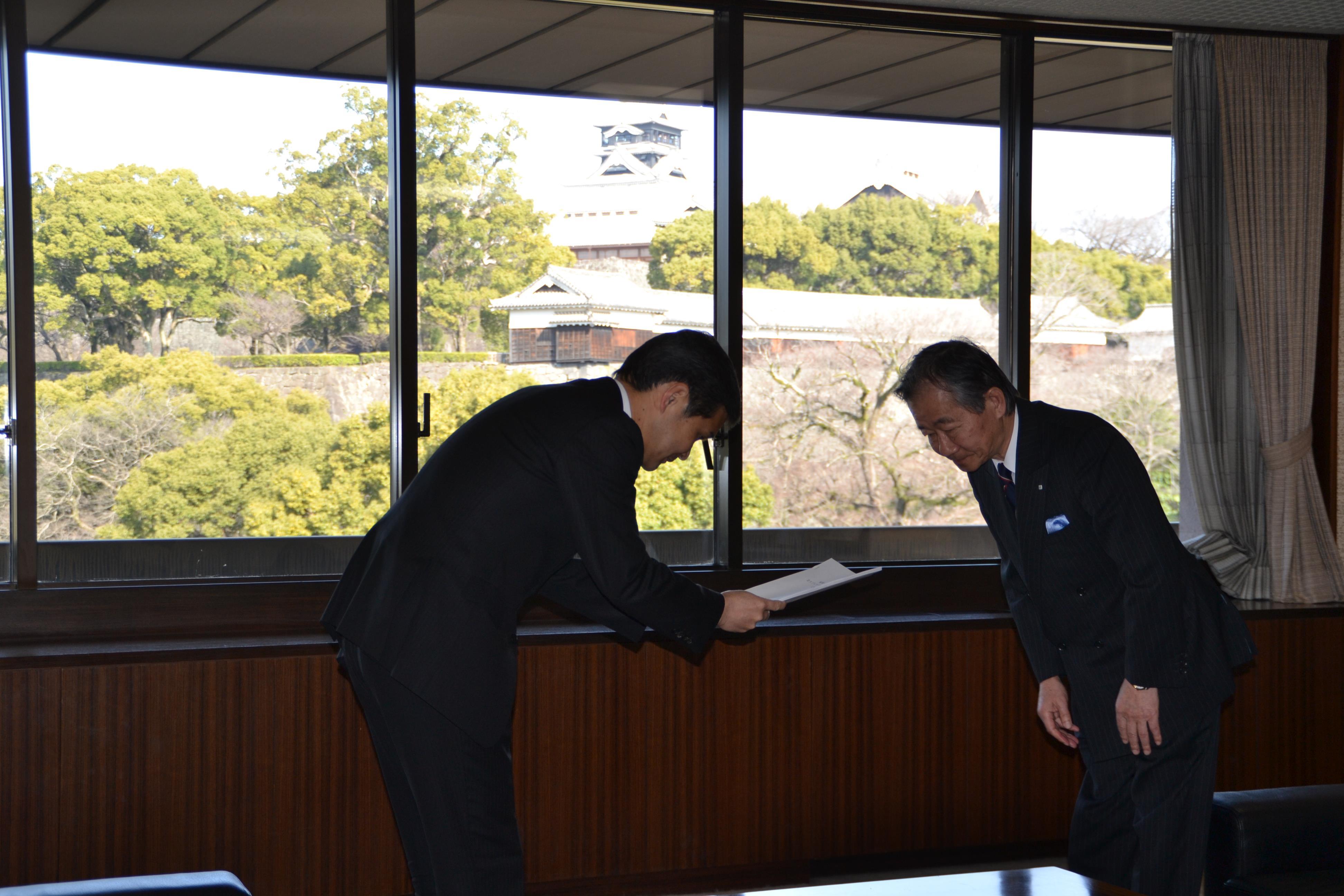 蓑茂会長より幸山市長へ基本計画(素案)が答申されました