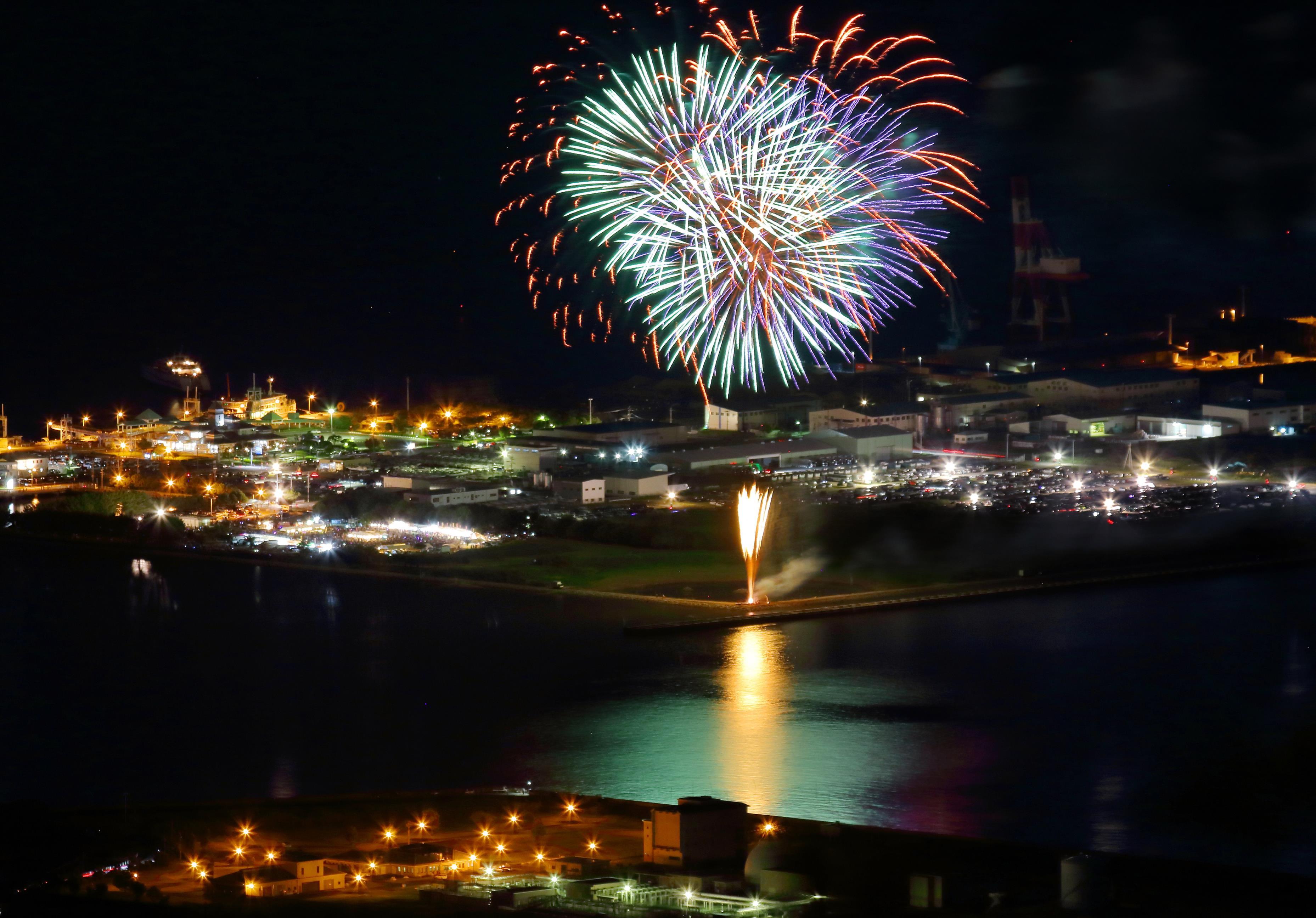 港の灯と花火の競演