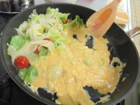 炒めた野菜をフライパンの端に寄せ、卵液を入れます
