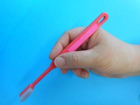 歯ブラシを鉛筆持ちしている写真