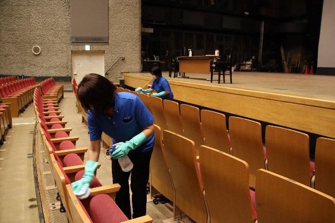 ホールの清掃の様子