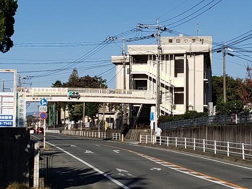101龍田校区 龍田小学校と歩道橋
