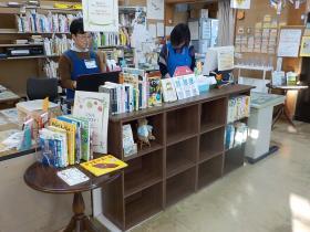 【図書室受付カウンター】