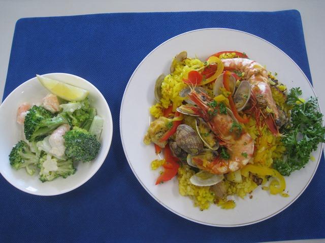 みかん入り魚介類パエリア・エビとブロッコリーのサラダ