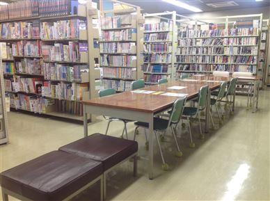 図書室内で本が座って読めるスペースの画像2