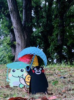 アマガエルもカタツムリもくまモンの傘で雨宿り(図書室職員作)